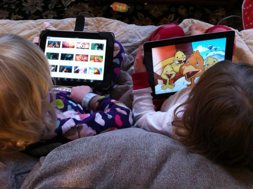 dzieci-a-ogladanie-telewizji